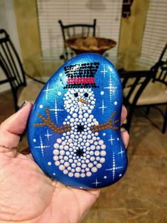 Beautiful Christmas Rock Painting Ideas Godiygo Com - Take A Look At These Christmas Rock Painting Ideas Below Draw Some Snowman And Make A Group Of Cute Snowman As Your Christmas Decoration Or Make A Combination Of Santa Claus And Some Snowflakes Or Mandala Painting, Pebble Painting, Dot Painting, Pebble Art, Stone Painting, Rock Painting Ideas Easy, Rock Painting Designs, Paint Ideas, Stone Crafts