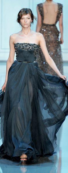 Elie Saab moda 2011 - alta costura - vestido tomara que caia fluido com aplicações em cristais e sobreposições de tecido http://www.vestidosonline.com.br/modelos-de-vestidos/vestidos-da-moda