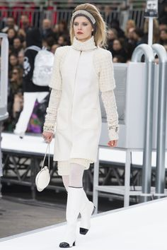 Chanel Fall 2017 Ready-to-Wear Fashion Show - Ola Rudnicka (Next)