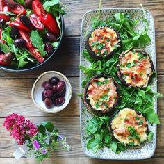 🇩🇰Tilbehør: rucolassalat med tomater og oliven og fyldte portobellosvampe med ost og bacon👌🏼Blomster/ukrudt plukket af Vega 😄💐 🔹🔹🔹🔹 🇬🇧Rocket salad with tomatoes and olives and portobello mushrooms filled with cheese and bacon.👌🏼 #dinner #eatrealfood #lowcarb #lchf #lowcarbhighfat #keto #realfood #jerf #healthyfood #healthyliving #lchflifestyle #lowcarblifestyle #ketofood #healthychoices #madbanditten