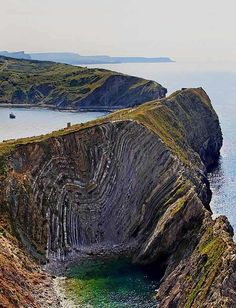 This is Stair Hole, next to Lulworth Cove, Dorset, United Kingdom.Lulworth cove is really pretty! Formations Rocheuses, Lulworth Cove, Jurassic Coast, England And Scotland, Dorset England, English Countryside, British Isles, Belle Photo, The Great Outdoors