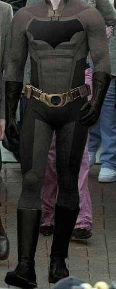 I have to be honest, Nightwing Injustice costume is a better costume that Batman one, they take Nolaverse costume and give him roids. Batman Beyond Cosplay, Batman Cosplay, Nightwing Cosplay, Batman Love, Batman 2, Superman, Batman Costumes, Men's Costumes, Armadura Do Batman