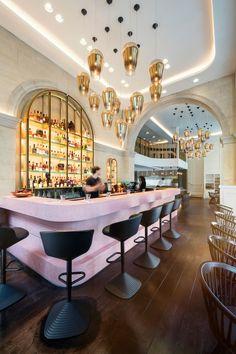 #TomDixon en el nuevo bar-restaurant #Bronte de #Londres. Luminarias y mobiliario del diseñador británico en todo el piso, en tonos de dorado y rosa pálido.