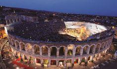 Imposible no rendrise al encanto de Verona. Esta bellísima ciudad italiana está rodeada de colinas. La cultura y el romance están presentes en todos los lados.