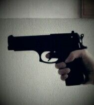 Pistola finta. Mano vera.
