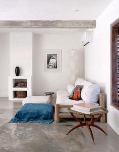 Love alle foto's!  BINNENKIJKEN. Braziliaans strandhuis combineert wittinten met rustiek hout - Deco - Design - Home - ELLE België
