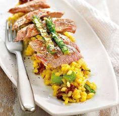 Risotto con asparagi e carne di maiale cotta alla piastra croccante e leggera. Un primo piatto completo per un pranzo sofisticato.