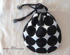 巾着フクロ*1 Sewing Crafts, Sewing Projects, Diy Hair Scrunchies, Homemade Bags, Japanese Knot Bag, Potli Bags, Idee Diy, Fabric Bags, Sewing Accessories