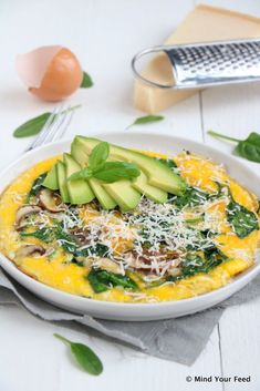 Spinazie omelet met avocado en Parmezaanse kaas Mind Your Feed - One pot rezepte Parmesan, Easy Omelet, Omelette Ideas, Healthy Omelette, Breakfast Omelette, Omelette Recipe, Low Carp, Vegetarian Recipes, Healthy Recipes