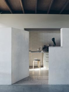 interesting walls position leading to the kitchen. Love the floor differenciation of materials. byDonovan Hill