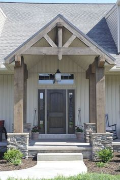 80 Modern Farmhouse Front Porch Decorating Ideas - napier news Br House, House With Porch, House Roof, Outside House Decor, Tiny House, Veranda Design, Vertical Siding, Farmhouse Front Porches, Craftsman Front Porches
