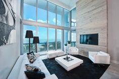 aménagement salon avec tv encastrée dans le revêtement en bois
