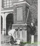 0690-511Ton Staassen bij de pomp op de Markt, bij controle van het water na de reparatie.  Datering:  ca.1978.