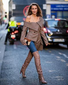 Alexandra Lapp wearing an Off-Shoulder Blazer Look with a plaid asymmetric off s Botas Sexy, Outfits Mujer, Fashion Week 2018, Sexy Boots, Fashion Boots, Paris Fashion, Style Fashion, Over The Knee Boots, Womens Fashion