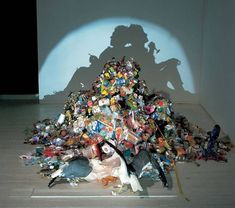True Love Among the Mundane Rubbish by Kumi Yamashita and Tim Noble + Sue Webster Trashy Shadow Art Kumi Yamashita, Instalation Art, Trash Art, Shadow Art, Shadow Play, Shadow Painting, Shadow Images, Shadow Photos, Wow Art