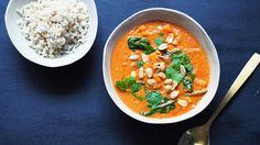 Peanøttsuppe, eller groundnut stew som det er mer kjent som, har sin opprinnelse i Vest-Afrika. Det er store variasjoner fra region til region, men felles for dem er en tomatisert suppe med peanøtter og en form for stivelse, enten det er søtpotet, ris eller korn. Suppen er billig å tilberede og metter skikkelig. Dette er en vegetarisk variant, men det er også vanlig å ha kylling i.