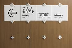 Diante da grandeza da edificação e das possíveis alterações no seu funcionamento, o sistema de sinalização modular porpostos pelo escritório mineiro NewGreco facilita a troca de informações sem prejuízo do todo. A cruz, símbolo do hospital Mater Dei, em plástico ABS injetado, serve como elemento de ligação entre as partes dos equipamentos. Os pictogramas, desenhados com base nos elementos da tipografia Myriad, conferem identidade para o projeto.