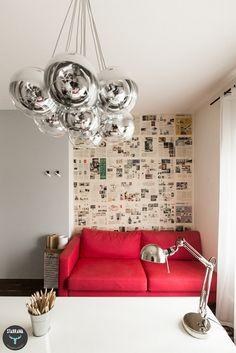 Biuro, czerwona sofa, tapeta z gazet