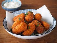 Klassiek aardappelkroketjes recept voor thuis! Good Food, Yummy Food, Potato Side Dishes, Dutch Recipes, Indonesian Food, Savory Snacks, High Tea, No Cook Meals, Finger Foods