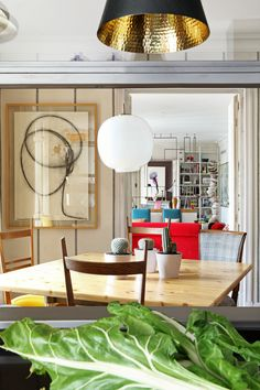 Línea recta - AD España, © Asier Rua Desde la cocina (dividida en dos espacios) puede verse toda la profundidad del piso. Foto Asier Rua