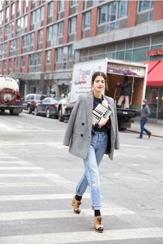 Lucy Williams, levi's 501 and converse high tops | Mode
