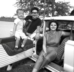 Roy Orbison with his wife Claudette and their son, Roy DeWayne Orbison in a custom 1958 or model. Roy Orbison Songs, Travelling Wilburys, Country Musicians, Country Blue, Beautiful Wife, Music Icon, Popular Music, Jimi Hendrix, Role Models