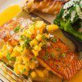 Una forma deliciosa de preparar el salmón con un pico de gallo tropical con jícama, mango, cilantro, limón, y jitomates.