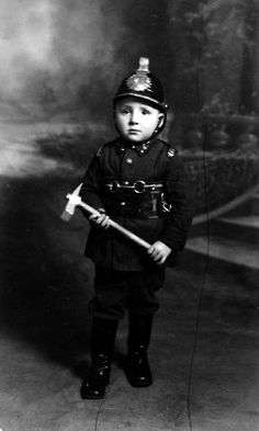 1935 Niño disfrazado bombero