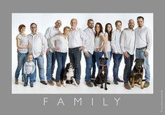 Unsere Familienfotos sind ungezwungen, natürlich und echt! Wir fotografieren Sie mit Ihrer Familie im Studio oder on Location draußen im Freien. Fotos sagen mehr als 1000 Worte! Langweilige und steife Familienfotos gehören bei uns der Vergangenheit an! Wann schafft man es schon mal sich und seine Liebsten für professionelle Familienfotos vor der Kamera zu versammeln? Viel zu selten halten wir die Momente mit den Menschen fest, die uns doch am wichtigsten sind. Familienfotos sind wertvoll und… Large Group Posing, Large Family Portraits, Studio Family Portraits, Extended Family Photography, Large Family Photos, Group Poses, Family Pictures, Family Photo Studio, Family Photo Outfits