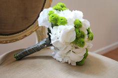 Bouquet de mariée hortensias blancs & santinis verts