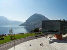 """Bella ed elegante come poche: Lugano, nel Canton Ticino in Svizzera  Lugano, la """"Perla del Ceresio"""" con il suo magnifico golfo è racchiusa tra il Monte Brè, a est e il Monte San Salvatore, a ovest. Rivolta verso sud, la città è molto apprezzata per il suo lago, il clima mite e la vegetazione mediterranea, i suoi meravigliosi scorci, splendidi in ogni stagione. Oltre ad essere il terzo polo finanziario e un importante centro di congressi della Svizzera, è anche la città dei parchi e dei…"""
