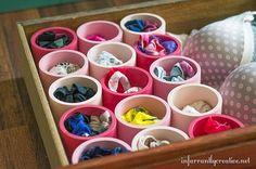 Elle récupère des tuyaux de PVC et les colle les uns aux autres! Je n'y aurais pas pensé! - Bricolages - Des bricolages géniaux à réaliser avec vos enfants - Trucs et Bricolages - Fallait y penser !