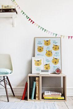 """Macht das Kinderzimmer schön! Zum Beispiel mit einem hübschen Poster! Wie gefällt euch """"Hey Tiger""""? Nur eine von vielen, bunten Möglichkeiten! """"Hey"""" Tiger gibt es im Online-Shop Shabby Style."""