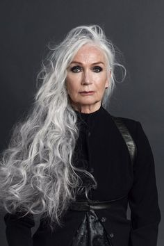 Natural Makeup SILVER - Agence de Top Modèles de plus de 40 ans - Paris - You only need to know some tricks to achieve a perfect image in a short time. Long Gray Hair, Grey Wig, Silver Grey Hair, Curly Gray Hair, Blonde Hair, Emo Hair, Hot Hair Styles, Curly Hair Styles, Grey Hair Styles For Women