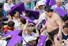 白鵬(右)が結びの一番で敗れ、飛んできた座布団をよける浅田真央さん(左)=愛知県体育館