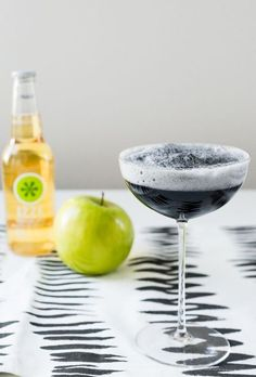 24 Easy Halloween Cocktails - Best Drink Recipes for a Halloween Party Tequila Mixed Drinks, Mixed Drinks Alcohol, Drinks Alcohol Recipes, Cocktail Recipes, Drink Recipes, Cocktail Food, Seafood Recipes, Easy Halloween Cocktails, Craft Cocktails