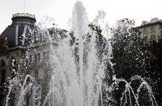 Fuente plaza La Escandalera, con el Palacio de la Junta Regional al fondo.