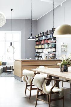 grey wall + white floors, photo: Janne Peters
