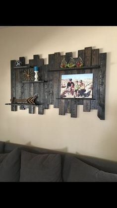 Pallet Wood Wall Shelf Reclaimed Wood Wall di TheWoodGarageLLC