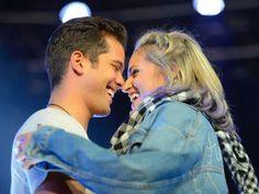 ¿Qué tal este abrazo entre Isa Castillo y Andrés Mercado? :O <3 *El único que se ve lindo en esta foto es Andrés *-* JAJAJAJAJAJAJAJAJAJ that should be me *llora lentamente*