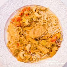 En god kycklingrätt med curry, mango och cashewnötter. Kan aldrig bli fel eller hur ;) 4-6 portioner 1 kilo kycklingfilé 1 purjolök 1 msk gul curry 1 röd spetspaprika 2 vitlöksklyftor 1 burk minimajs 1 msk kycklingfond 3 msk mangochutney 250 gram fryst mango 1 näve naturella cashewnötter 2 dl creme fraiche + 4 dl grädde […] Dessert For Dinner, Different Recipes, Lchf, Food For Thought, Thai Red Curry, Good Food, Food And Drink, Low Carb, Cooking Recipes