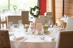 Der festliche Tisch bei der Hochzeit im Deutschen Weintor Restaurant in der Pfalz