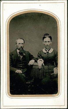 Creepy Old Photos, Creepy Pictures, Cool Photos, Victorian Photos, Victorian Era, Victorian Portraits, Memento Mori, Vintage Photographs, Vintage Photos