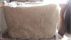 Sac Shabby Chic beige à dentelle de fleur intérieur damassé écru au reflet satiné... fond capitonné avec perles nacrées