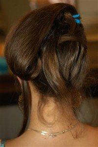 Cheveux et volume - Coiffures, relooking, Modèle de coiffure, idées de coupes de cheveux, photo de coiffures - Donnez un peu de volume vers l'arrière à la queue de cheval. Roulez-la jusqu'au niveau de l'oreille. Fixer l'ensemble avec des épingles à cheveux.