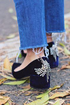 DIY Jeweled Heels (made of Zara heels and vintage rhinestone jewelry) Fashion Moda, Diy Fashion, Vintage Costume Jewelry, Vintage Costumes, Rosa High Heels, Diy Vetement, Do It Yourself Fashion, Dangly Earrings, Block Heel Shoes