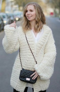 Thick Sweaters, Cozy Sweaters, Sweaters For Women, Outfit Look, Big Knits, Mohair Sweater, White Cardigan, Cut Shirts, Sweater Outfits
