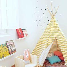 Asi de chulo nos ha quedado este rincón! @nicolasito.es @nobodinoz  @bandidekids  de la mano de la gran profesional y gusto exquisito de @ibelieveinpink_  todo ha quedado bonito bonito  No puedo estar más contenta!  #ibiza #indi #indiretuerto  #centropedagogico  #kids #kidsinibiza  #decokids #deco #nobodinozteepee  #nobodinoz  #books #babys #teepees  #ibiza #eivissa #yellow #play #playing #jugar #juego #nicolasitodeco