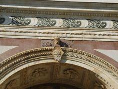 Facciata di Santa Maria Novella, vela Rucellai su fregio e chiave di volta