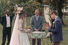 cerimônia de um casamento rústico no campo Wedding Pics, Wedding Day, Bridesmaid Dresses, Wedding Dresses, Marry Me, Photo Book, Real Weddings, Boho Chic, Wedding Decorations